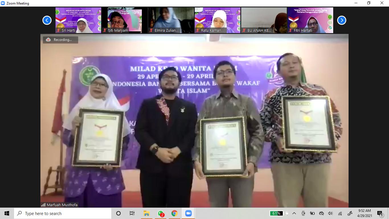 """Penyerahan Piagam Rekor MURI """"Wakaf Uang Serentak Secara Daring Pertama di Indonesia Menggunakan QRIS"""""""